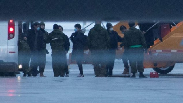 كنديّون يصلون إلى قاعدة ترينتون العسكريّة على متن طائرة استاجرتها الحكومة الكنديّة/Lars Hagberg/AP/CP