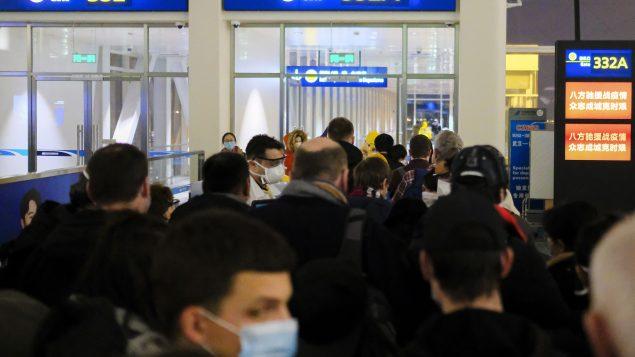 مواطنون أوروبيون يستعدّون لمغادرة مطار ووهان في الصين 02.02.2020 - AP Photo / Arek Rataj / File