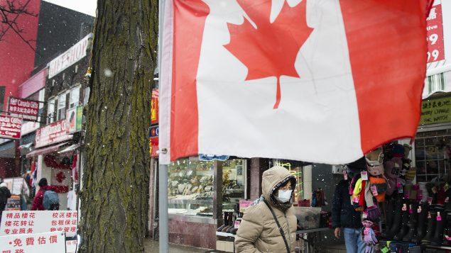 سيّدة تضع قناعا صحيّا في أحد أحياء تورونتو - 26022020 - The Canadian Press / Nathan Denette