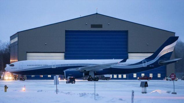 الطائرة المقلة لـ176 كنديّا الآتين من ووهان، بؤرة فيروس كورونا،على أرضية مطار قاعدة ترينتون في أونتاريو - The Canadian Press / Justin Tang