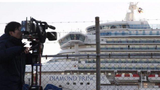مصوّر يلتقط صورة للسفينة السياحيّة دايموند برنسيس المحتجزة قبالة سواحل اليابان/Koji Sasahara/AP/CP