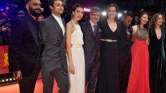المخرج الكندي فيليب فالاردو (الرابع من اليسار)على السجادة الحمراء مع أعضاء فريق العمل بما فيهم الممثلة الأمريكية مارغريت كواللي (الثالثة من اليسار) والممثلة الأمريكية سيغورني ويفر (الخامسة من اليسار) - Afp via Getty Images / John Macdougall
