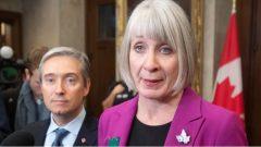 وزيرة الصحّة الكنديّة باتي هايدو ووزير الخارجيّة فرانسوا فيليب شامبان/Adrian Wyld/CP