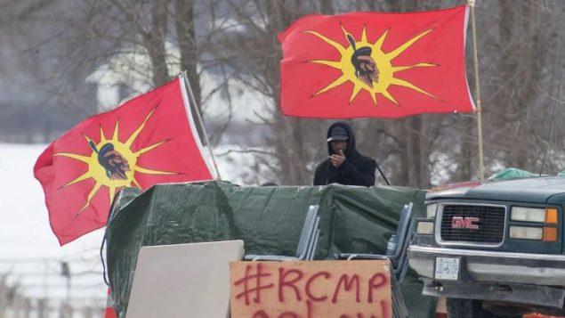 متظاهرون من أمّة موهوك من السكّان الأصليّين أقاموا عوائق على مقربة من خطّ السكك الحديديّة في بيلفيل في أونتاريو تضامنا مع معارضي مشروع أنبوب كوستال لينك/Lars Hagberg/CP
