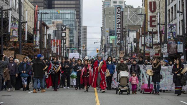 مطاهرة في شوارع فانكوفر يوم 12 فبراير شباط 2020 لدعم الزعماء الوراثيين لأمة ويتسو ويتن المعارضين لخط أنابيب كوستال غاسلينك - CBC / Ben Nelms