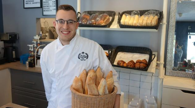 """أليكس لوازيل، صاحب مخبزة """"لا بيل باغيت"""" في حي سان بونيفاس في وينيبيغ عاصمة مانيتوبا - Photo : Radio Canada / Vicnent Resseguier"""