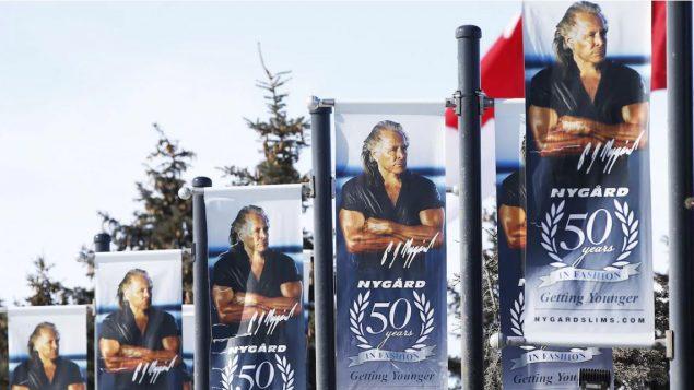 صور ضخمة لمصمّم الأزياء الكندي بيتر نيغار على المقرّ الرئيسي لمؤسّسة بيتر نيغار في وينيبيغ/John Woods/ CP