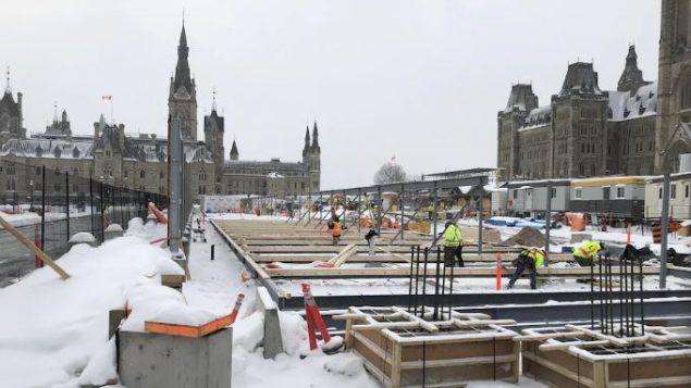 عمّال التصليح فوق هضبة البرلمان في 13-02-2020/Stéphane Leclerc/Radio-Canada