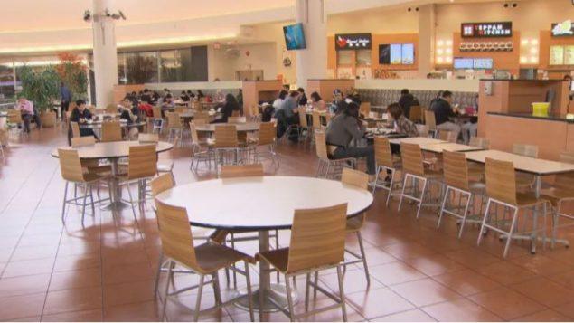 تراجعت نسبة الإقبال على مطاعم الوجبات السريعة في المجمّعات التجاريّة في فانكوفر الكبرى بسبب المخاوف التي أثارها فيروس كورونا منذ انتشاره في الصين/Radio-Canada