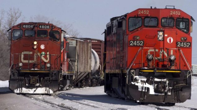 """وضع السكان الأصليون حواجز على خطوط السكك الحديدية منذ أسبوع لدعم المعارضين لمشروع خط أنابيب """"كوستال غاسلينك"""" في بريتيش كولومبيا - The Canadian Press / Ryan Remiorz"""