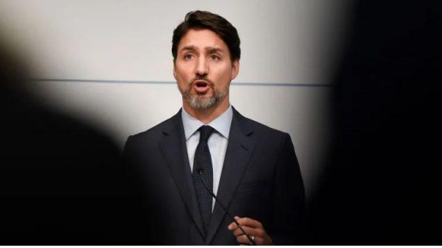رئيس الحكومة الكنديّة جوستان ترودو يتابع تطوّرات الأزمة الناجمة عن معارضة السكّان الأصليّين من أمّة وتسووتين لمشروع إنشاء أنبوب الغاز المسال في بريتيش كولومبيا/Thomas Kienzle/AFP via Getty Images