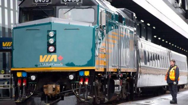 الاحتجاجات ضدّ أنبوب غاسلينك عرقلت حركة النقل بالقطارات في العديد من أنحاء كندا/Adrian Wyld/CP