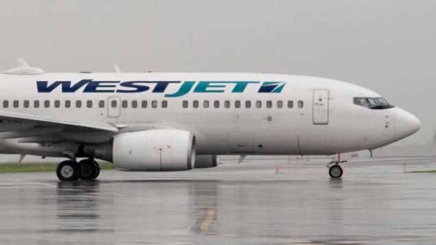 اضطرّت الطائرة التابعة لشركة الخطوط الجويّة الكنديّة ويست جيت للعودة إلى مطار تورونتو بعد إدّعاء أحد ركّابها أنّّه مصاب بفيروس كورونا/Adrian Wyld/CP