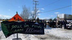 أكّد فرانسوا لوغو، صباح اليوم الخميس ، أن الحاجز يقع على أرض في كيبيك، وليس في منطقة تابعة للسكان الأصليين، عندما دُعي لشرح سبب عدم السماح بتواجد هذا الحاجز بينما لم يتدخّل في قضية حاجز آخر في كانواكي المجاورة - Lauren Mccallum / CBC