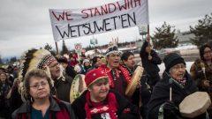 يعرقل المتظاهرون النقل بالسكك الحديدية تضامنا مع الزعماء الوراثيين لأمة ويتسوويتن الذين يعارضون مشروع خط أنابيب كوستال غاسلينك في بريتيش كولومبيا - The Canadian Press / Darryl Dick