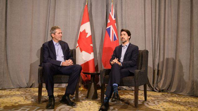 رئيس الحكومة الكنديّة جوستان ترودو (إلى اليمين) ورئيس حكومة مانيتوبا برايان باليستر في وينيبيغ في 20-01-2020/ /Mike Sudoma/CP