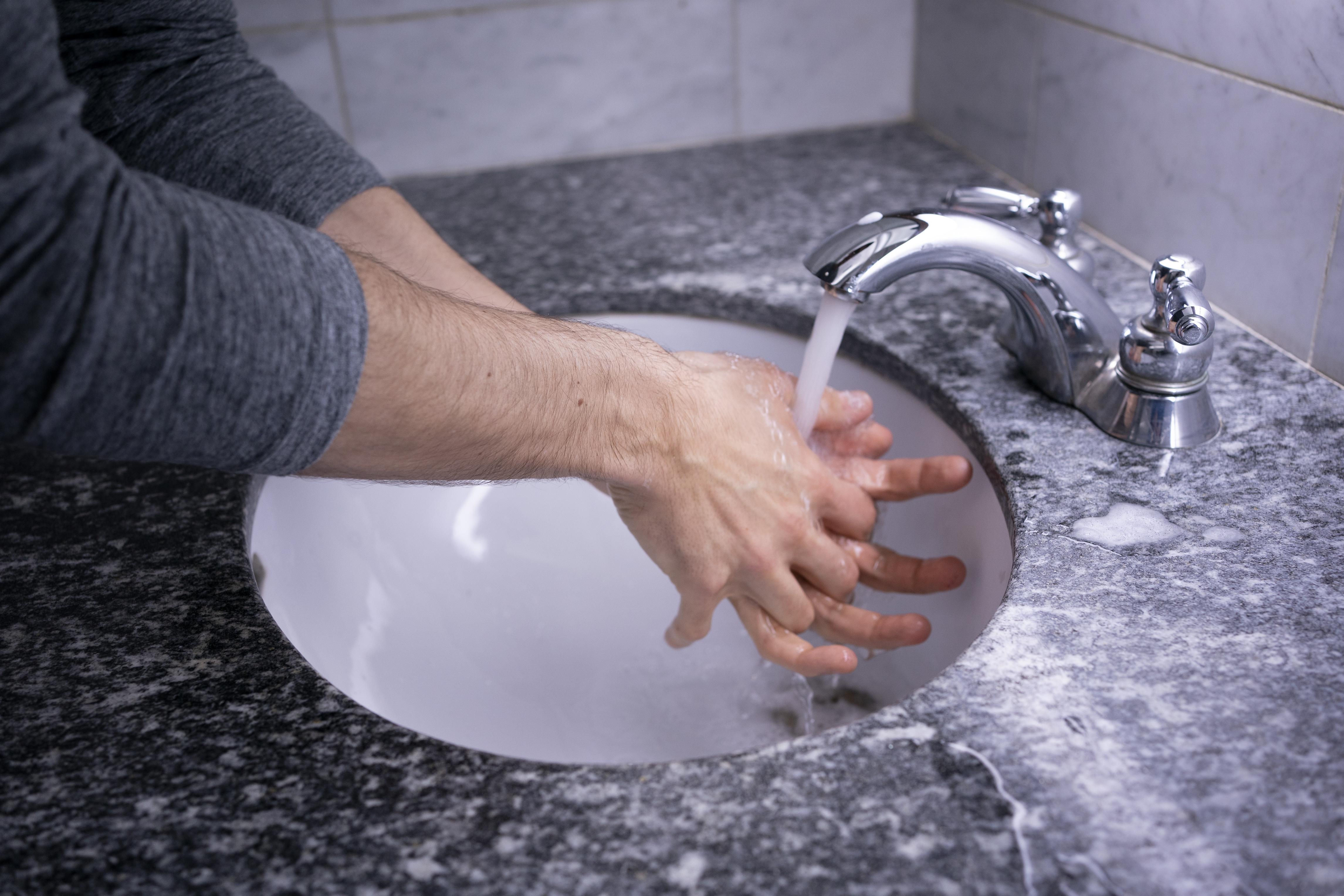 منظّمة الصحّة العالميّة تنصح بغسل اليدين بعناية من بين وسائل الوقاية من فيروس كورونا/Paul Chiasson/CP