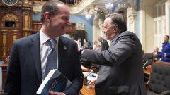 رئيس حكومة كيبيك فرانسوا لوغو (إلى اليمين)ووزير المال إريك جيرار بعد إعلان المازنة في الجمعيّة الوطنيّة الكيبيكيّة في 10-03-2020/Jacques Boissinot/CP