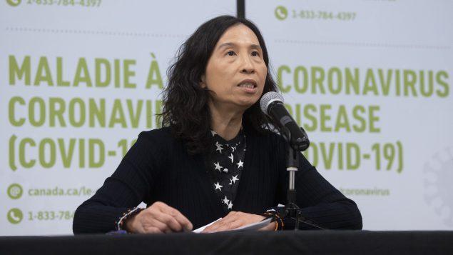 د. تيريزا تام مديرة وكالة الصحّة العامّة الكنديّة كرّرت الدعوة إلى المواطنين لتجنّب التجمّعات الكبيرة//Adrian Wyld/CP