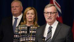 رئيس حكومة أونتاريو دوغ فورد (إلى اليسار) ووزيرة الصحّة في حكومته كريستين إليوت و رئيس الخدمات الطبيّة في المقاطعة دلفيد وليامز//Frank Gunn/CP
