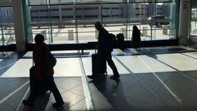أعلن ترودو أيضًا أنه على شركات الطيران منع أي شخص يعاني من أعراض تشبه أعراض الأنفلونزا من ركوب الطائرات المتجهة إلى كندا - Ivanoh Demers / Radio Canada