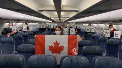 طاقم طائرة الخطوط الجوية الكندية التي أجلت الرعايا الكنديين من الجزائر والذي وصل اليوم إلى مطار مونتريال - Twitter/Air Canada