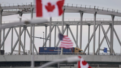 جسر بلو واتر يربط بين مقاطعة أونتاريو وولاية ميشيغان الأميركيّة/Geoff Robins/AFP
