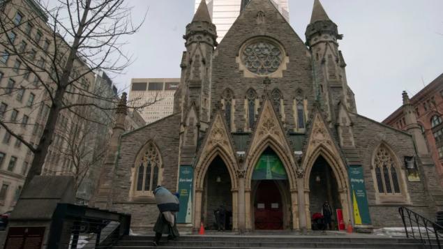 أحد المارّة أمام كاتدرائيّة المسيح في مونتريال التي بدت شوارعها شبه خالية /Ivanoh Demers/Radio-Canada