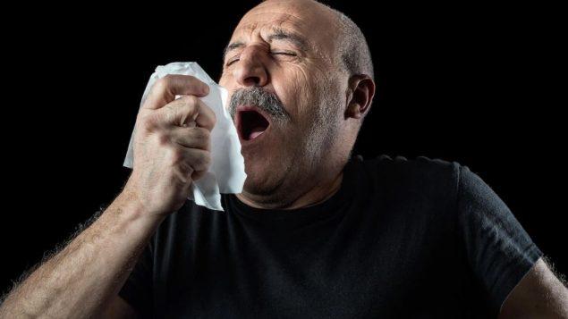 ينتقل فيروس كورونا من شخص لآخر من خلال قطرات تطرد من الأنف أو الفم عندما يسعل شخص مصاب أو يعطس - Getty Images / Istockphoto
