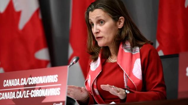 كريستيا فريلاند نائبة رئيس الحكومة قالت إنّ كندا تعارض بشدّة نشر قوّات أميركيّة على مقربة من حدودها/Justin Tang/CP
