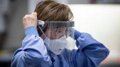 تشير التقارير إلى أنّ المستشفيات الكندية تقتصد في الكمّامات الطبية وغيرها من معدّات الحماية - The Canadian Press / Darryl Dyck
