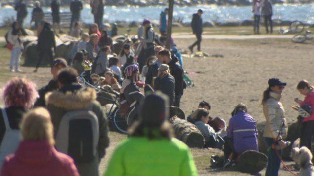 الطقس الجميل دفع الكثيرين في فانكوفر للخروج إلى المتنزّهات دون احترام قواعد التباعد الاجتماعي/Radio-Canada