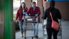 عملا ء أحد متاجر البقالة وهم يضعون كمّمات طبية وقفازات لتجنّب فيروس كورونا - Maggie MacPherson / CBC