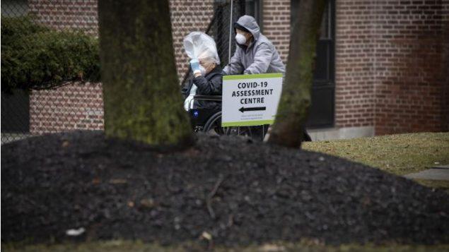 مريض ينتظر نتائج فحص كوفيد 19 في مستشفى مايكل غارون في تورونتو - Evan Tsuyoshi Mitsui / CBC