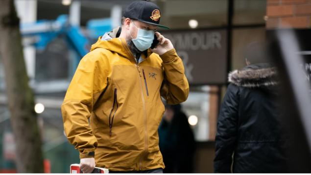 شخص يغادر عيادة اختبار الكشف عن فيروس كورونا المستجدّ في فانكوفر/Maggie MacPherson/CBC/هيئة الإذاعة الكنديّة