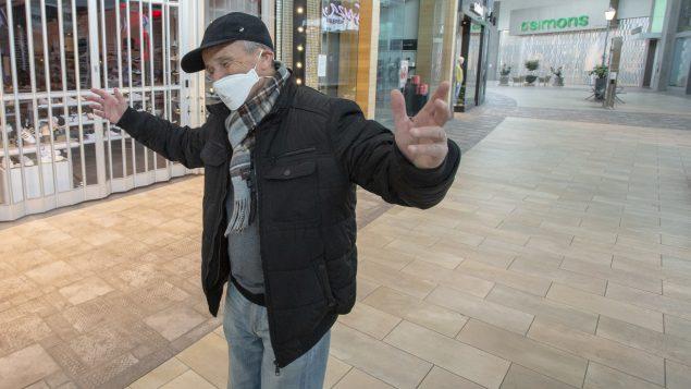 شخص وضع كمّامة في مجمّع تجاري مغلق في مدينة لافال في مقاطعة كيبيك في 19 آذار مارس 2020/Ryan Remiorz/CP