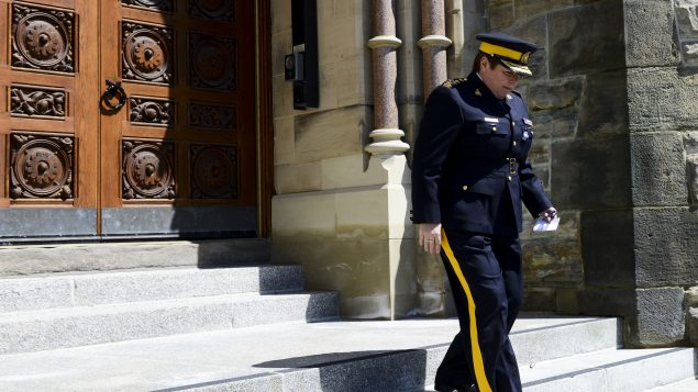 مفوّضة الشرطة الملكيّة بريندا لاكي تغادر مجلس العوم بعد مؤتمر صحفي تناولت فيه حادثة إطلاق النار في نوفا سكوشا/Sean Kilpatrick/CP