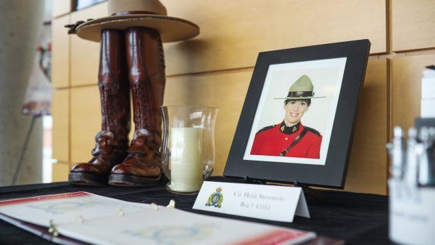 الشرطة الملكيّة الكنديّة وضعت في مقرّها في دارتموث صورة هايدي ستيفنسن عنصر الشرطة الملكيّة ، إحدى ضحايا حادثة إطلاق النار في نوفا سكوشا/Riley Smith/CP