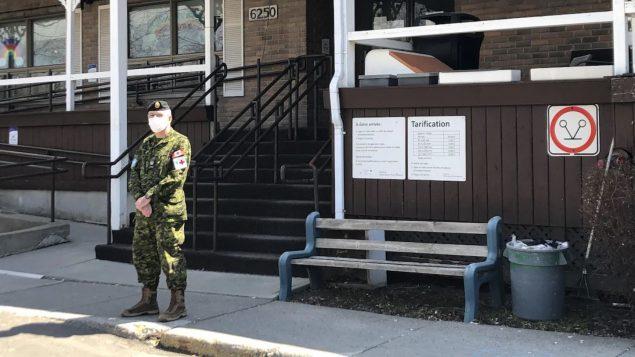 في المجموع، تمّ إرسال حوالي 125 من أفراد القوات الكندية إلى الميدان لتعزيز الخدمة في هذه المراكز - Radio Canada / Marie-Michelle Lauzon