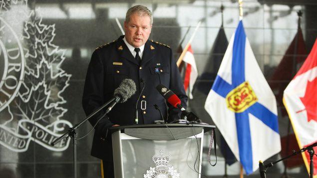 كريس ليذر رئيس العمليّات الجنائيّة في الشرطة الملكيّة الكنديّة يتحدّث من دارتموث في نوفا سكوشا في 20-04-2020/Riley Smith/CP