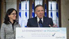 رئيس حكومة كيبيك فرانسوا لوغو ووزيرة العدل الكيبيكيّة صونيا لوبيل/Jacques Boissinot/CP