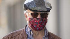 شخص يرتدي كمّامة غير طبية في شوارع أوتاوا اليوم الإثنين 6 أبريل نيسان 2020 - Adrian Wyld / The Canadian Press