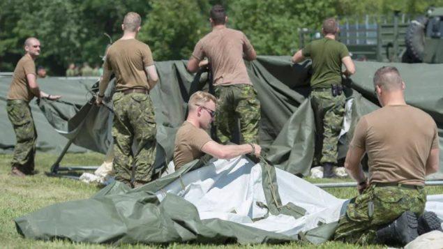 سيتم نقل الجنود القادمين من الوحدات الاحتياطية في تورنتو وأوتاوا وسانت توماس وواترلو ، مع مراعاة تدابير التباعد الاجتماعي في المركبات و قاعدة بوردن (أرشيف)- Graham Hughes / The Canadian Press
