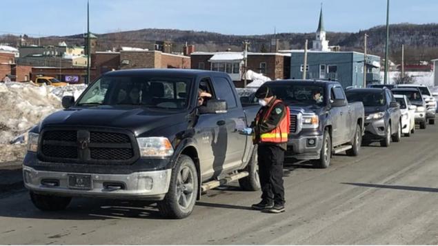 شرطة نيوبرنزويك تدقذق في كلّ الواصلين إلى المقاطعة في إطار جهود التصدّي لفيروس كورونا المستجدّ/Serge Bouchard/Radio-Canada