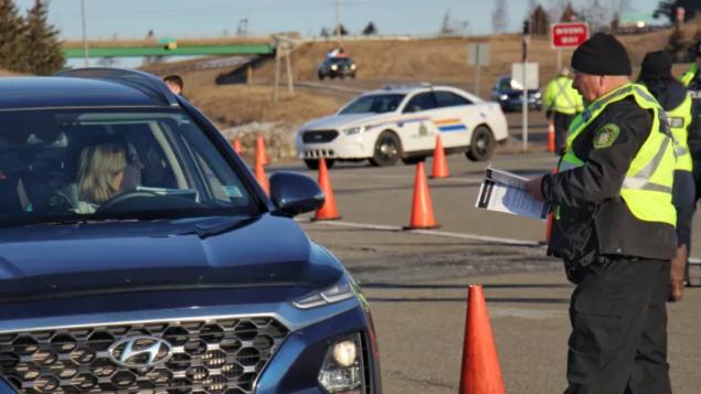 شرطة نوفا سكوشا انتشرت على نقطة تفتيش على الحدود مع نيوبرنزويك/Brett Ruskin/CBC/هيئة الإذاعة الكنديّة