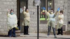 ممرّضات يلوّحن بأيديهنّ امام مركز باينكريست لرعاية المسنّين في مقاطعة أونتاريو/Fred Thornhill/CP