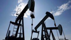 يُفسّر المراقبون هذه الحركة إلى كون أن النفط الذي تم شراؤه اليوم في الأسواق يجب تسليمه في مايو أيار بحيث يجب على أولئك الذين يمتلكونه العثور على مشترين فعليين في أقرب وقت ممكن - The Canadian Press / Larry MacDougal
