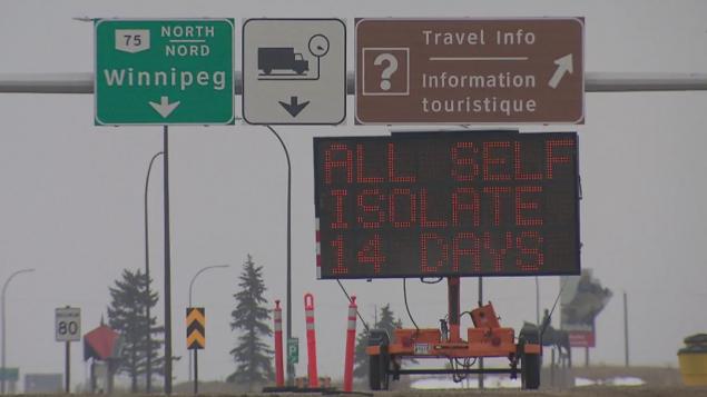 لافتة على معبر إميرسون في وينيبيغ على الحدود الكنديّة الأميركيّة تدعو المسافرين العائدين إلى كندا للبقاء في العزل المنزلي لمدّة 14 يوما/Kean Kavanagh/CBC/هيئة الإذاعة الكنديّة