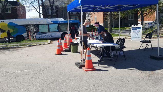 عيادة متقلة لاختبارات فحص فيروس كورونا المستجدّ في أحد أحياء مونتريال - Photo : RCI / Samir Bendjafer