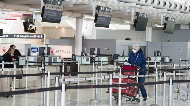 الحركة تقلّصت في مطار بيرسون الدولي في مدينة تورونتو على غرار المطارات الدوليّة الأخرى في كندا/Nathan Denette/CP